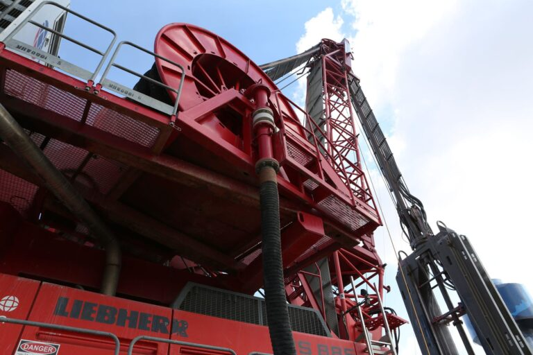 Hydrofraise machine to construct diaphragm wall for shafts